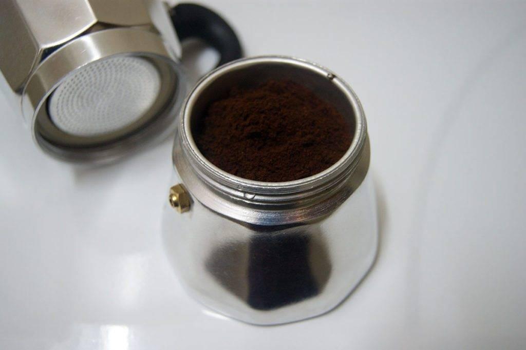 Как пользоваться гейзерной кофеваркой – видео