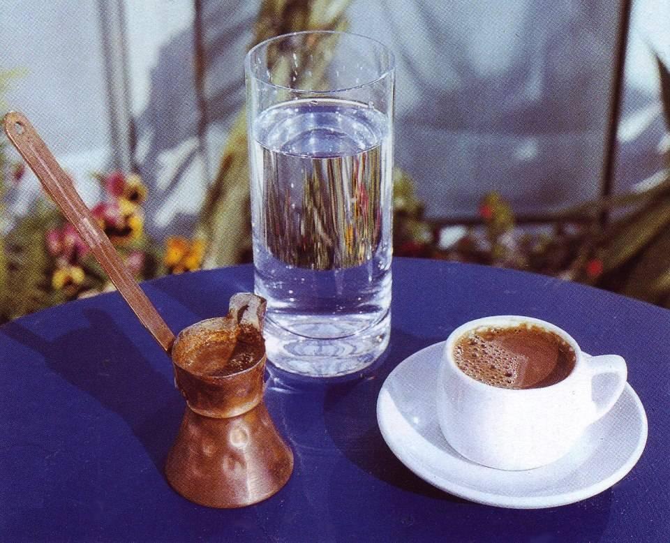 Почему в турции кофе подают со стаканом воды? причины, фото и видео  - «как и почему»