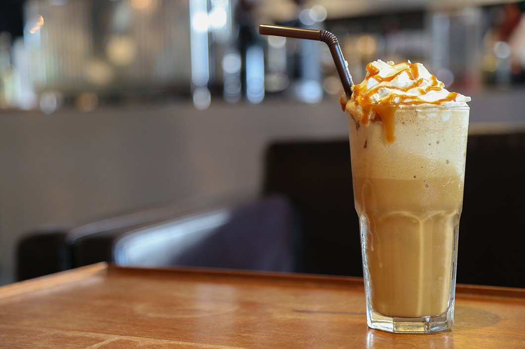 Кофе фраппе: по-гречески, с карамелью, мятный, малиновый, клубничный