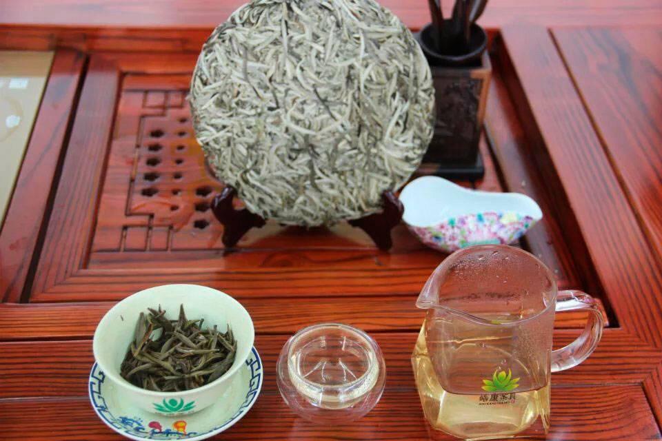 Полезные свойства белого чая, правила заваривания, противопоказания и отзывы
