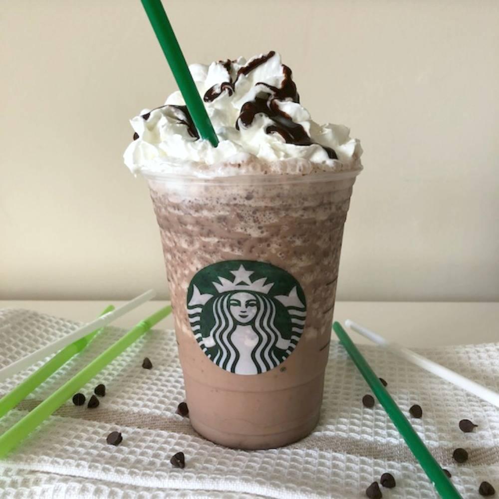 Что такое фраппучино без кофе. кофе фраппучино из сети кофеен starbucks. кофейный фраппучино с печеньем