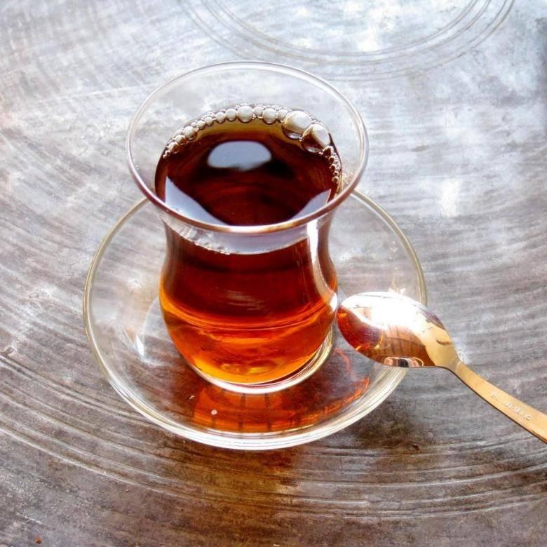 Почему в турции пьют чай из маленьких стаканчиков?
