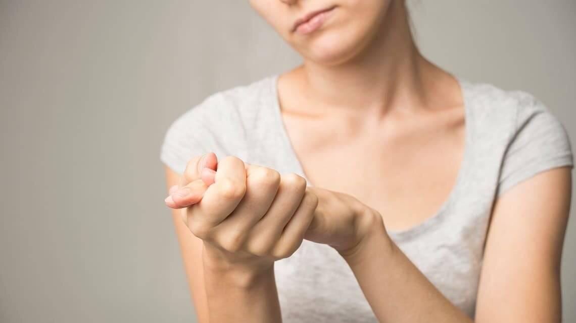 Когда волнуюсь начинает трясти. когда я волнуюсь и нервничаю, у меня начинает дрожать всё тело. почему трясутся руки: возможные заболевания.