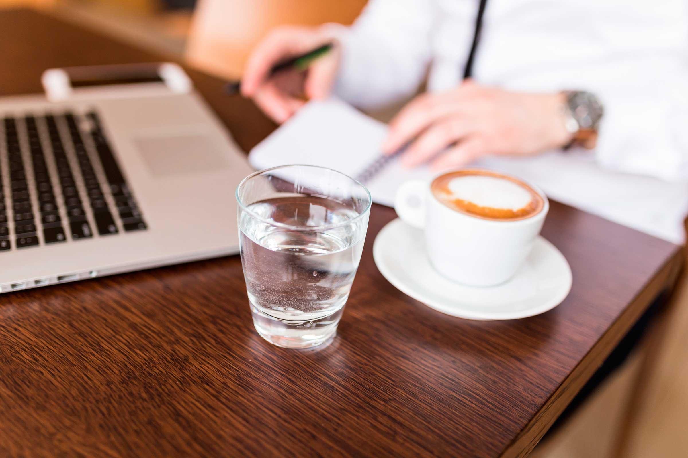 Почему нельзя пить холодную воду, чем вредно ее употребление после еды, жидкостью какой температуры лучше всего заменить ледяную?