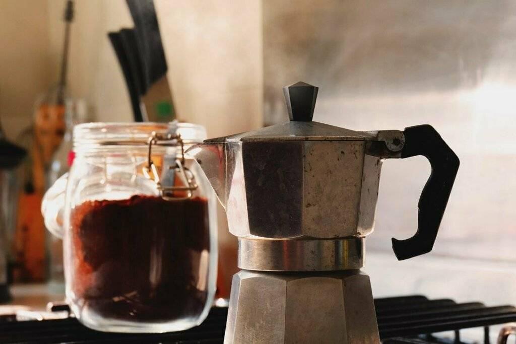 Гейзерная кофеварка и два разных способа приготовления в ней кофе