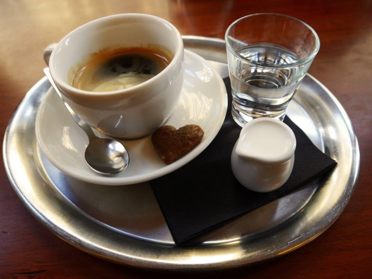 Зачем к кофе подают воду | все о кофе