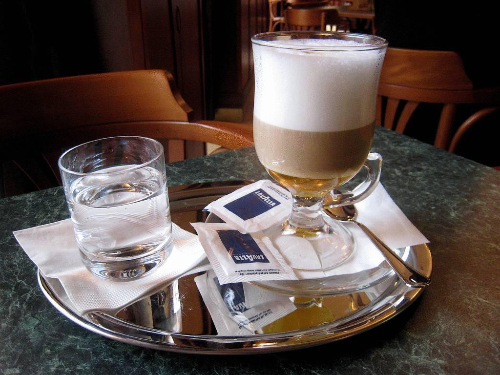 Зачем к кофе подают холодную воду и почему надо пить стакан воды