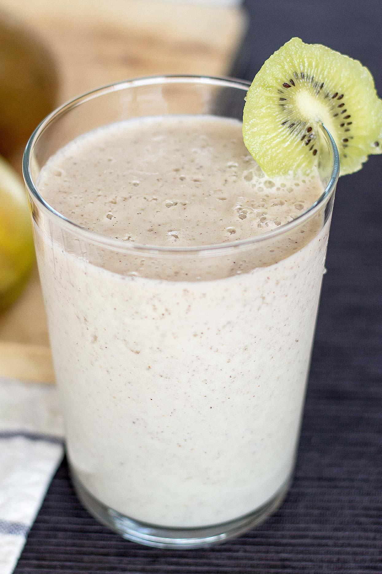 Смузи с бананом и молоком, рецепты с добавлением авокадо в блендере