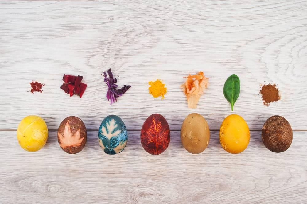 Как покрасить яйца кофе или чаем