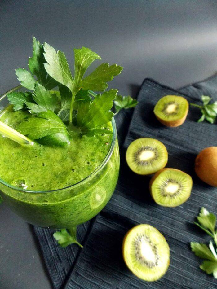 Зеленый смузи со шпинатом | видео-рецепт с фото