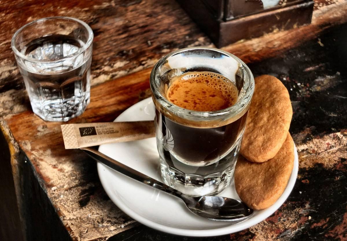 Нужно ли пить воду после кофе? откуда это пошло и зачем рекомендуется так делать?
