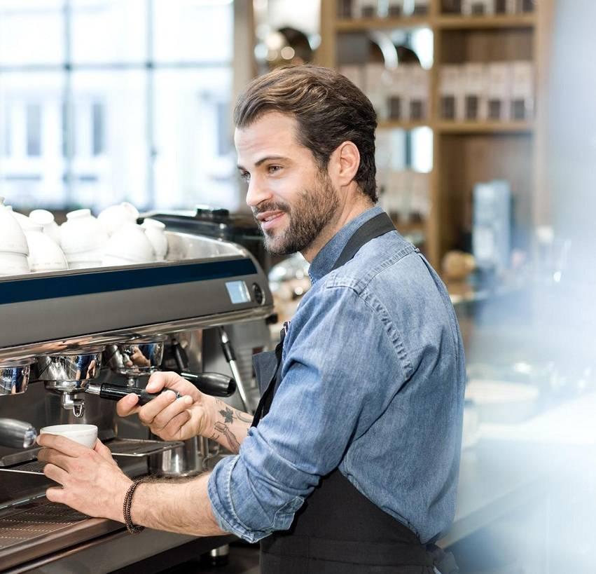 Профессия бармен: где учиться, зарплата, плюсы и минусы