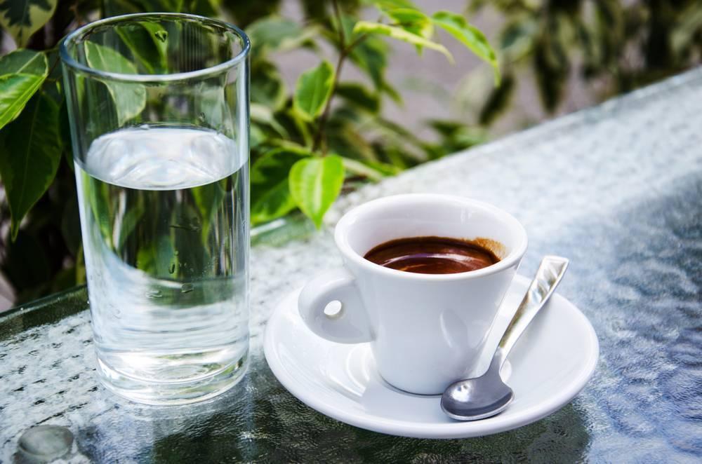 Почему вместе с чашечкой кофе подают стакан холодной воды?