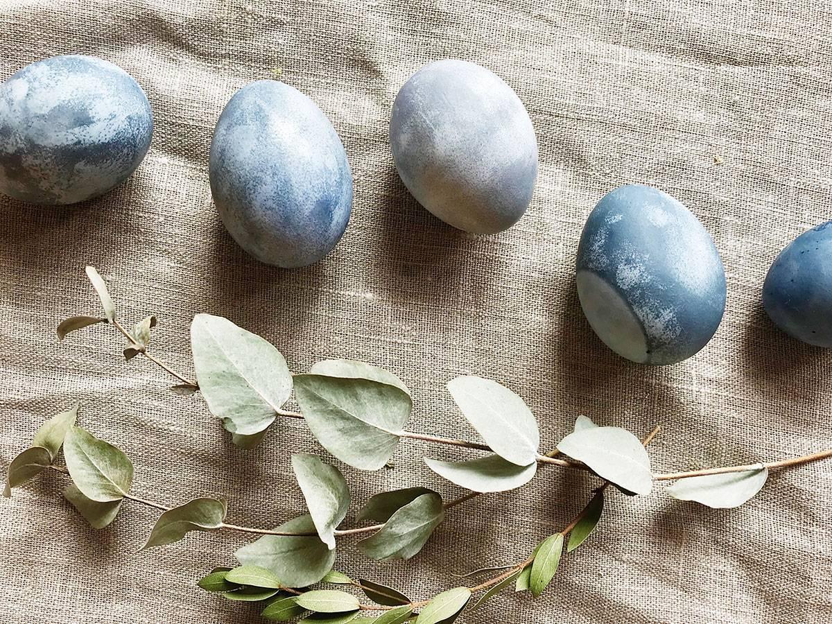 Как красить яйца на пасху 2021 г. своими руками. окрашивание яиц натуральными красителями