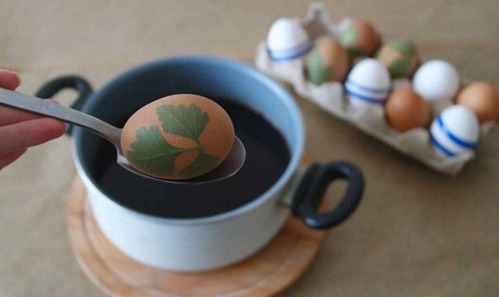 Как покрасить яйца на пасху черным чаем