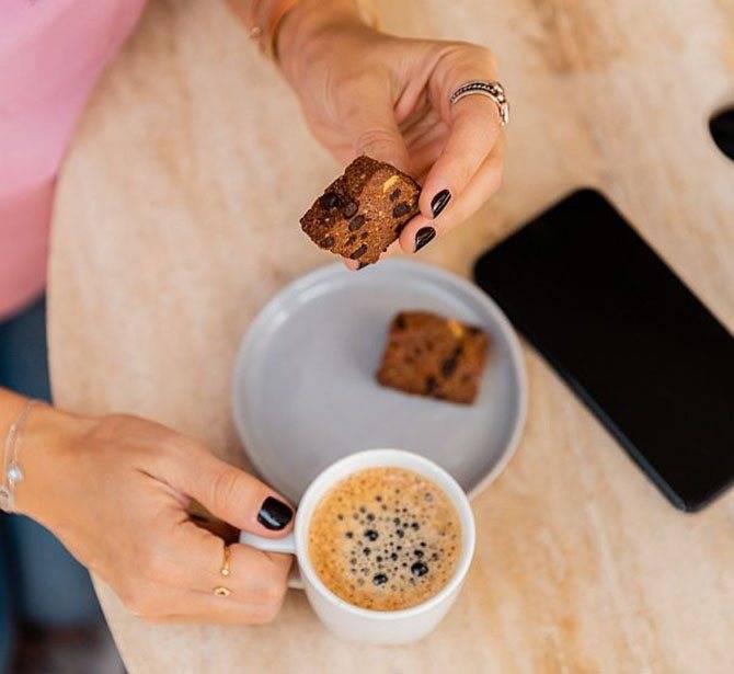 Толстеют ли от кофе или худеют: калорийность напитка, как влияет добавление молока и сливок