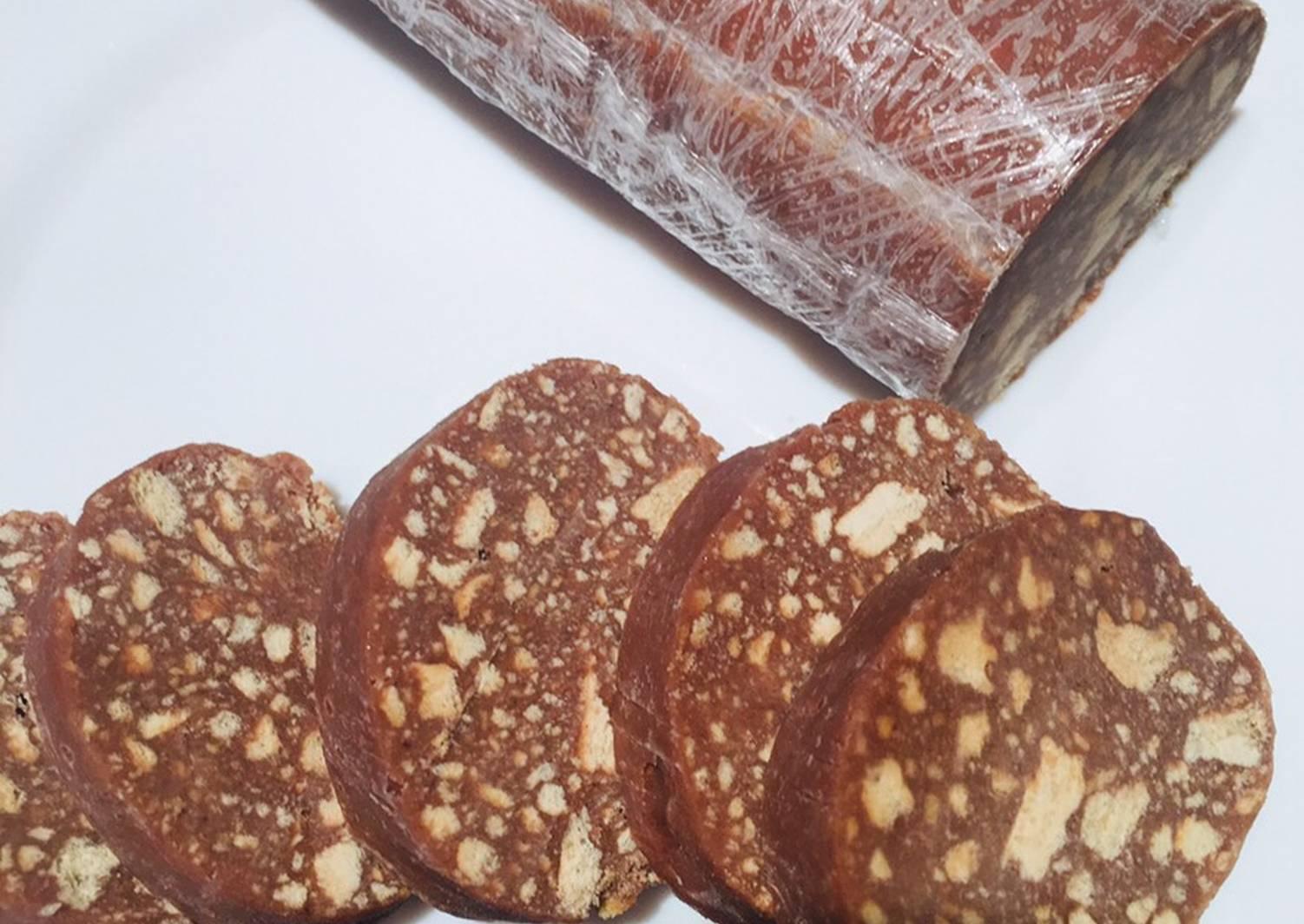 Шоколадная колбаска из печенья со сгущенкой и орехами