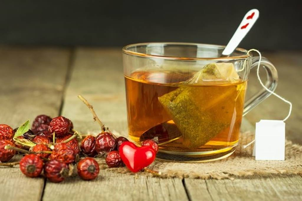 Чай с шиповником: польза и вред, правила приготовления