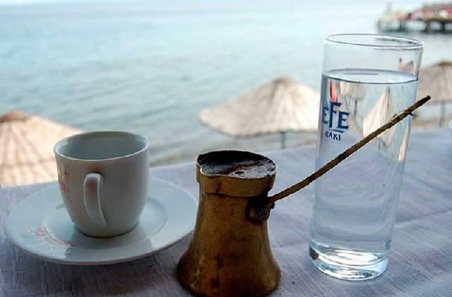 Почему подают кофе с водой и как правильно запивать