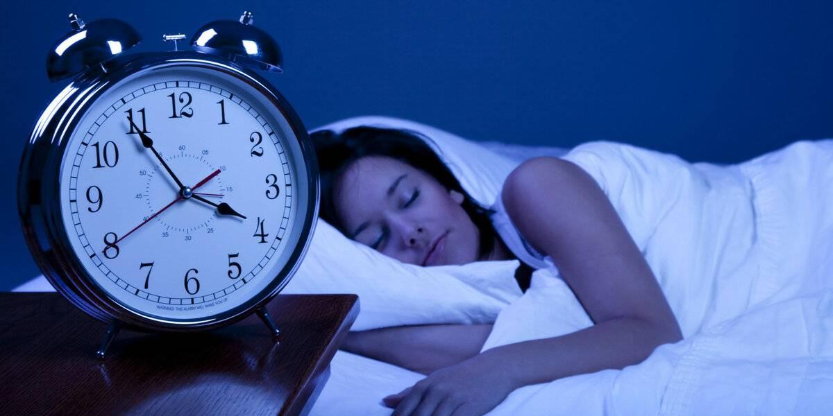 Можно ли пить перед сном: полезные напитки и что нельзя употреблять