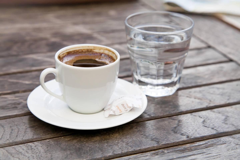 Зачем подают воду к кофе: причины и как правильно пить?