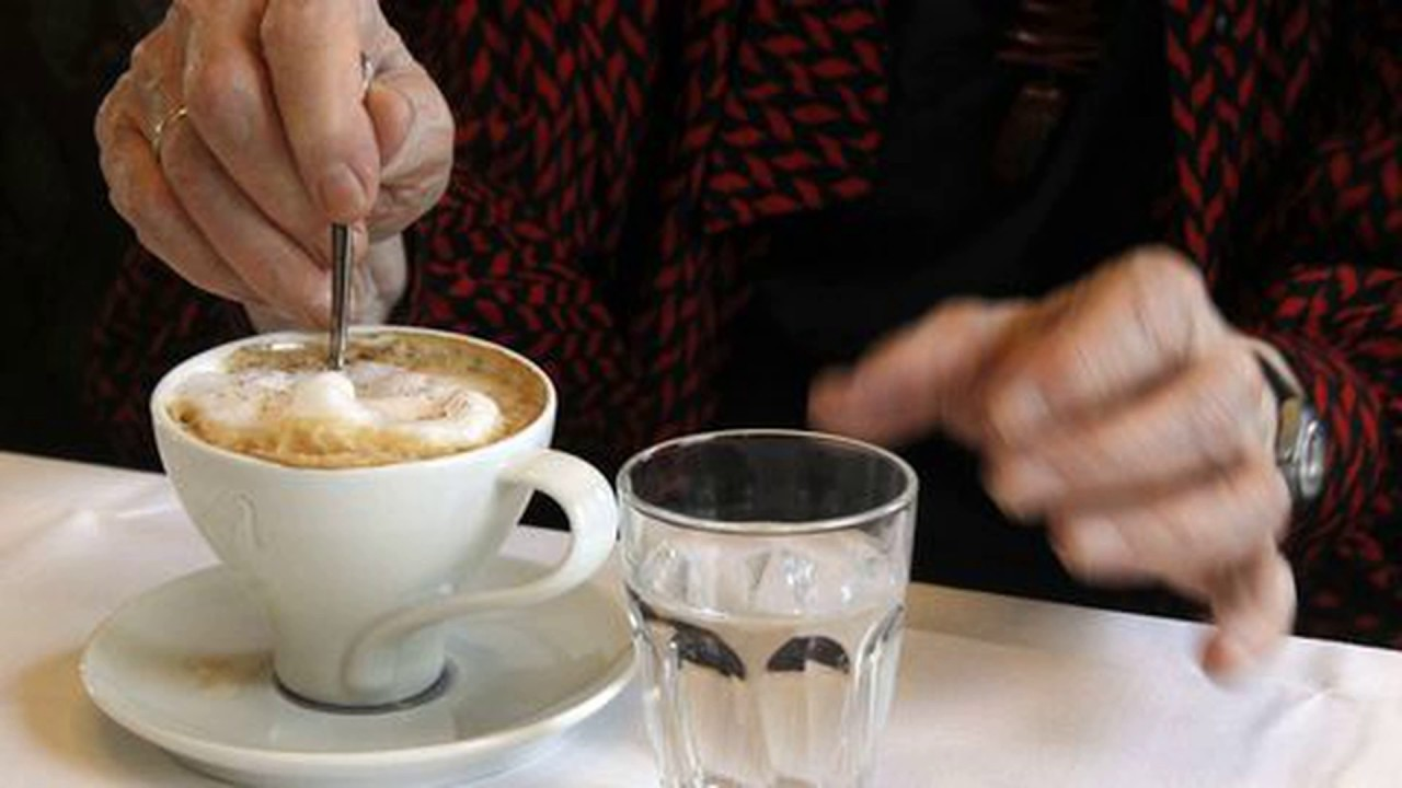 Зачем к кофе подают холодную воду