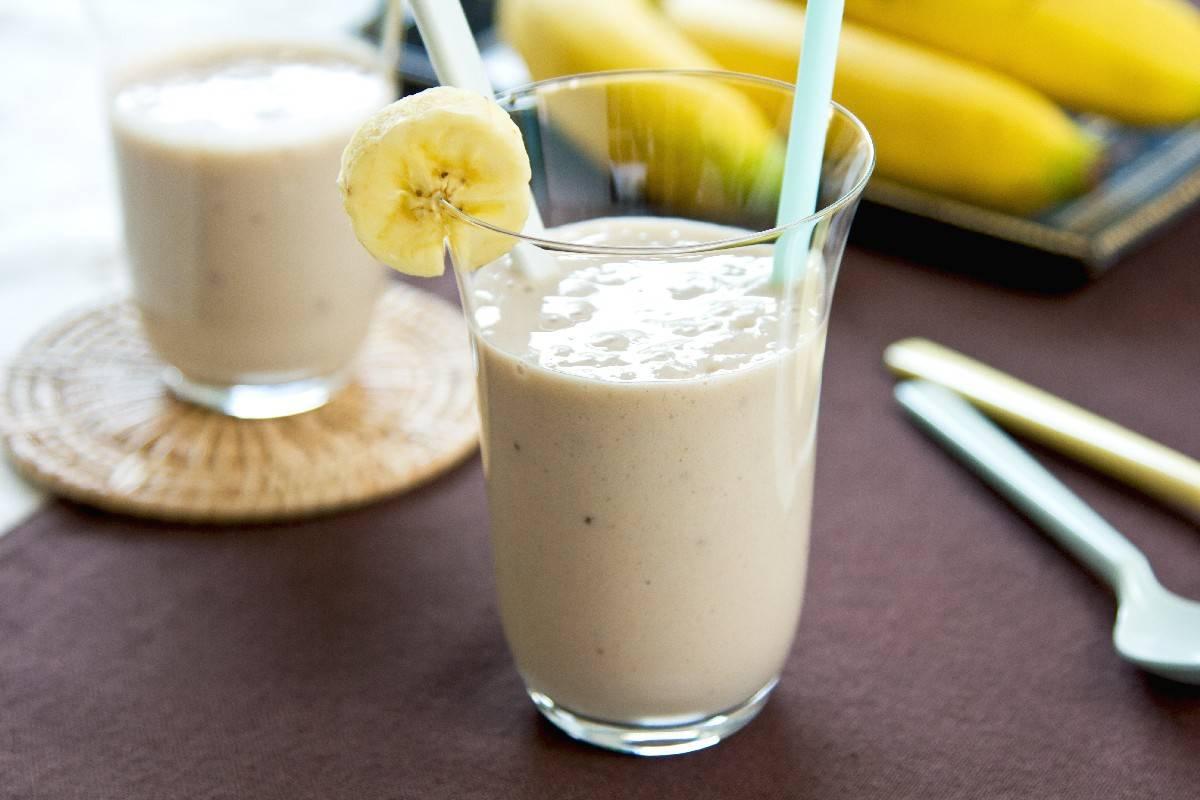Кофейно-банановый смузи с молоком, хлопьями, какао и корицей