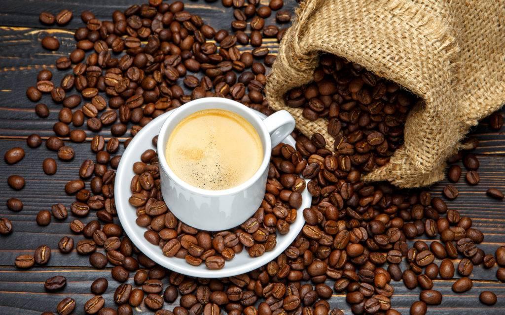Какой кофе полезнее: растворимый или молотый, натуральный в зернах, заварной, а также с чем его лучше пить?