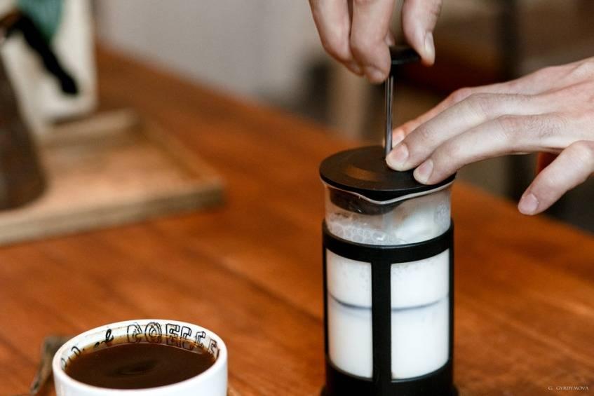 Как правильно взбить молоко для капучино вручную капучинатором? и как взбить без кофемашины. от эксперта