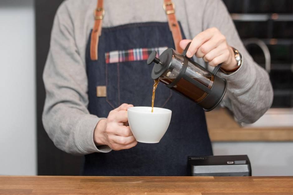Как правильно пить кофе и зачем подают холодную воду