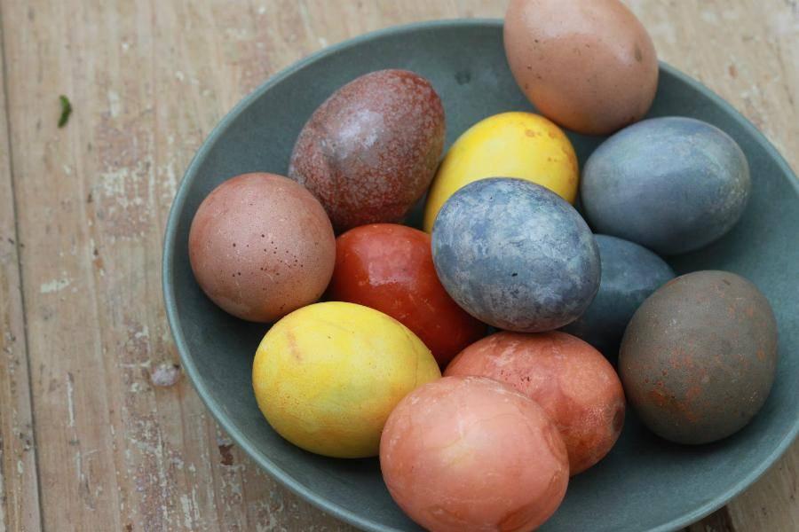 Как покрасить яйца к пасхе натуральными продуктами. мастер-класс. фото — ботаничка.ru
