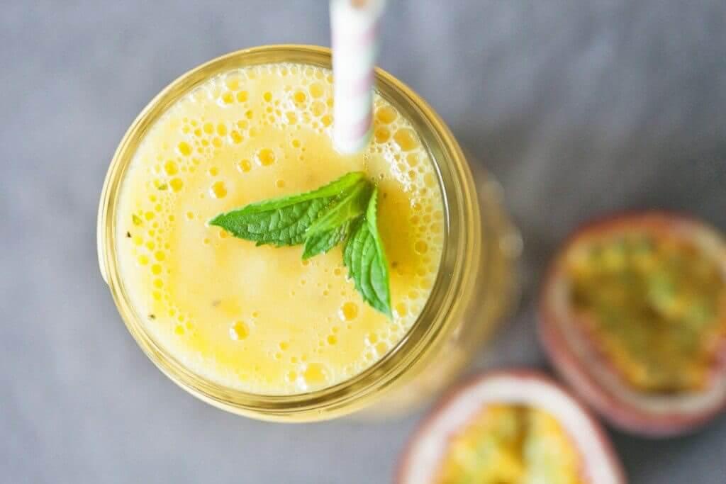 Приготовление полезного коктейля - смузи из манго