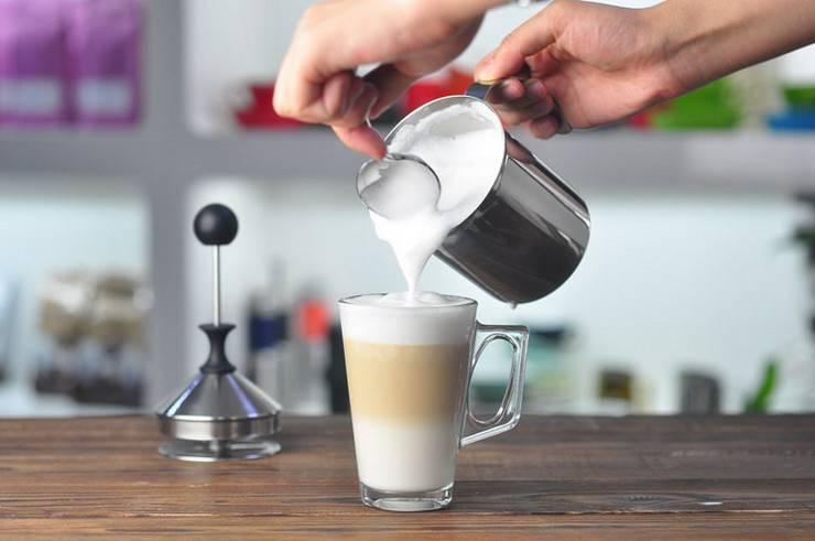 Как легко и быстро взбить в пену молоко для капучино