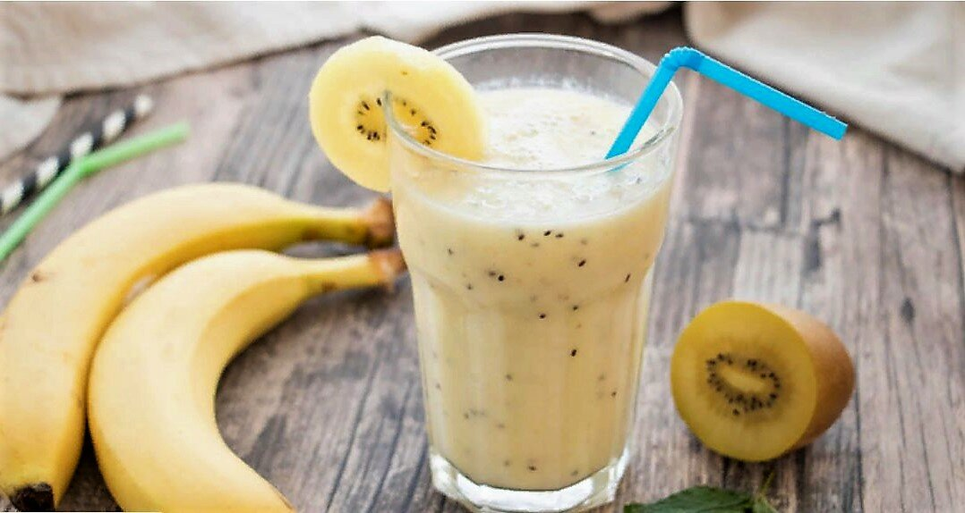 Готовим смузи из банана и киви