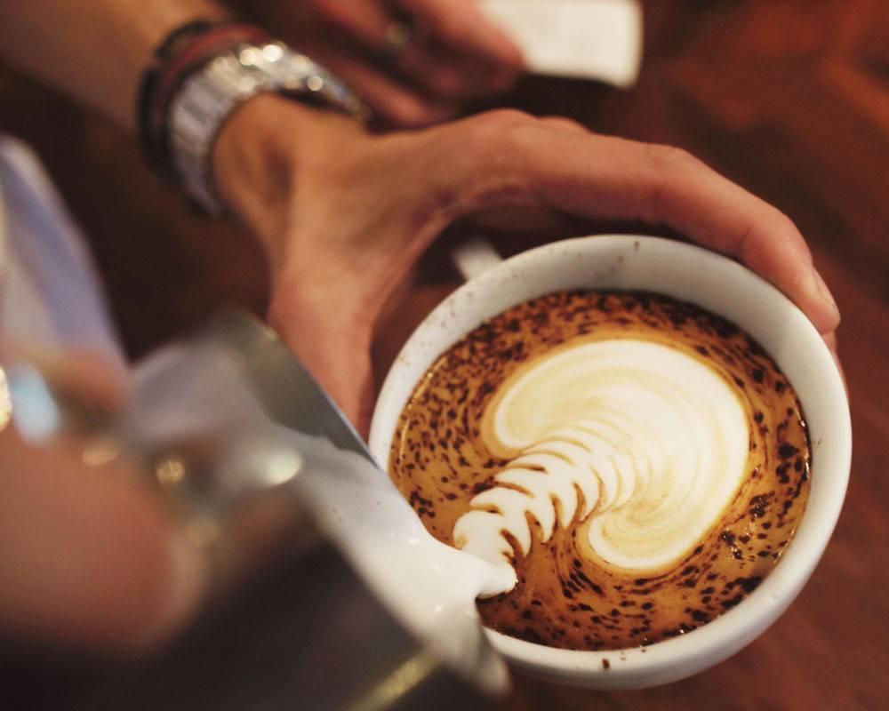 Почему появляется налет на зубах от кофе и как с ним бороться