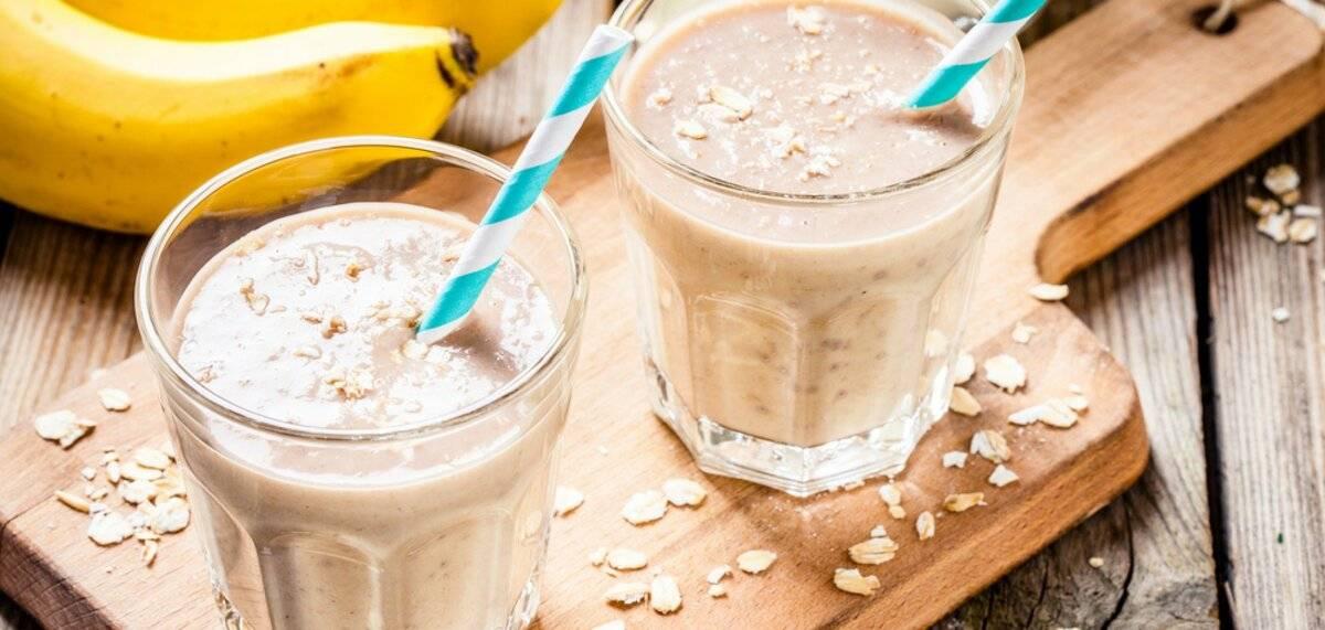 Смузи с бананом и молоком: рецепты смузи в блендере с овсянкой и персиком, творогом и мороженым, какао и другими ингредиентами