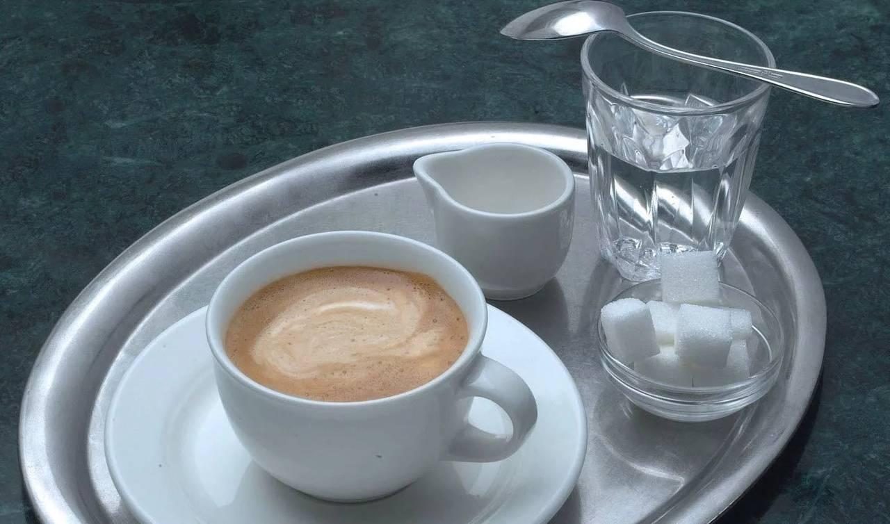 Кофейные традиции: зачем к кофе подается вода