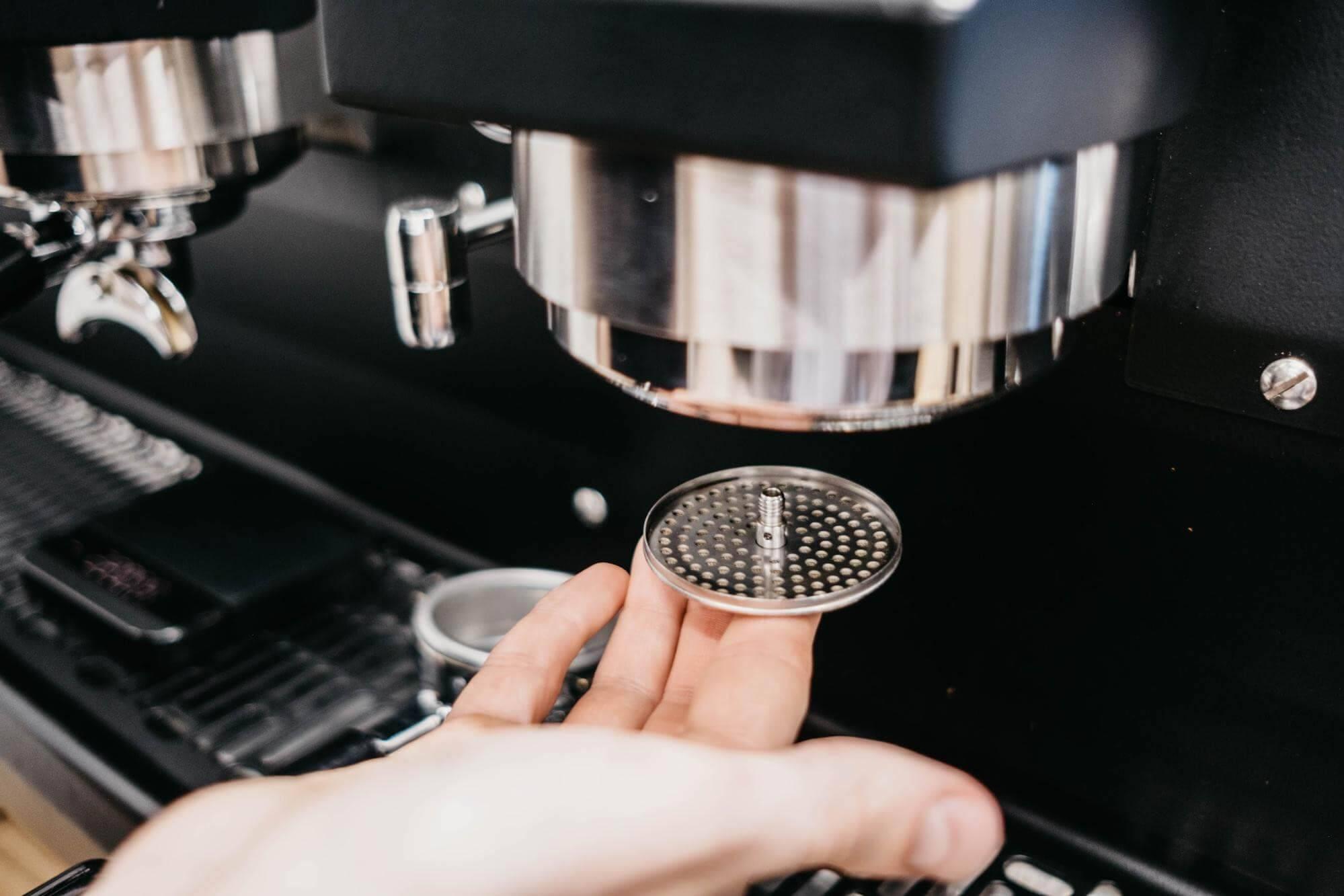 Как почистить кофемашину от накипи и кофейных масел