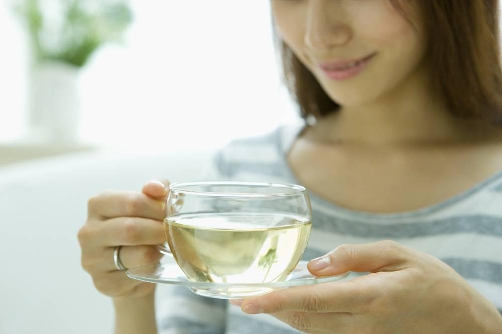 Горячий чай в жару: почему летом надо пить зеленый чай