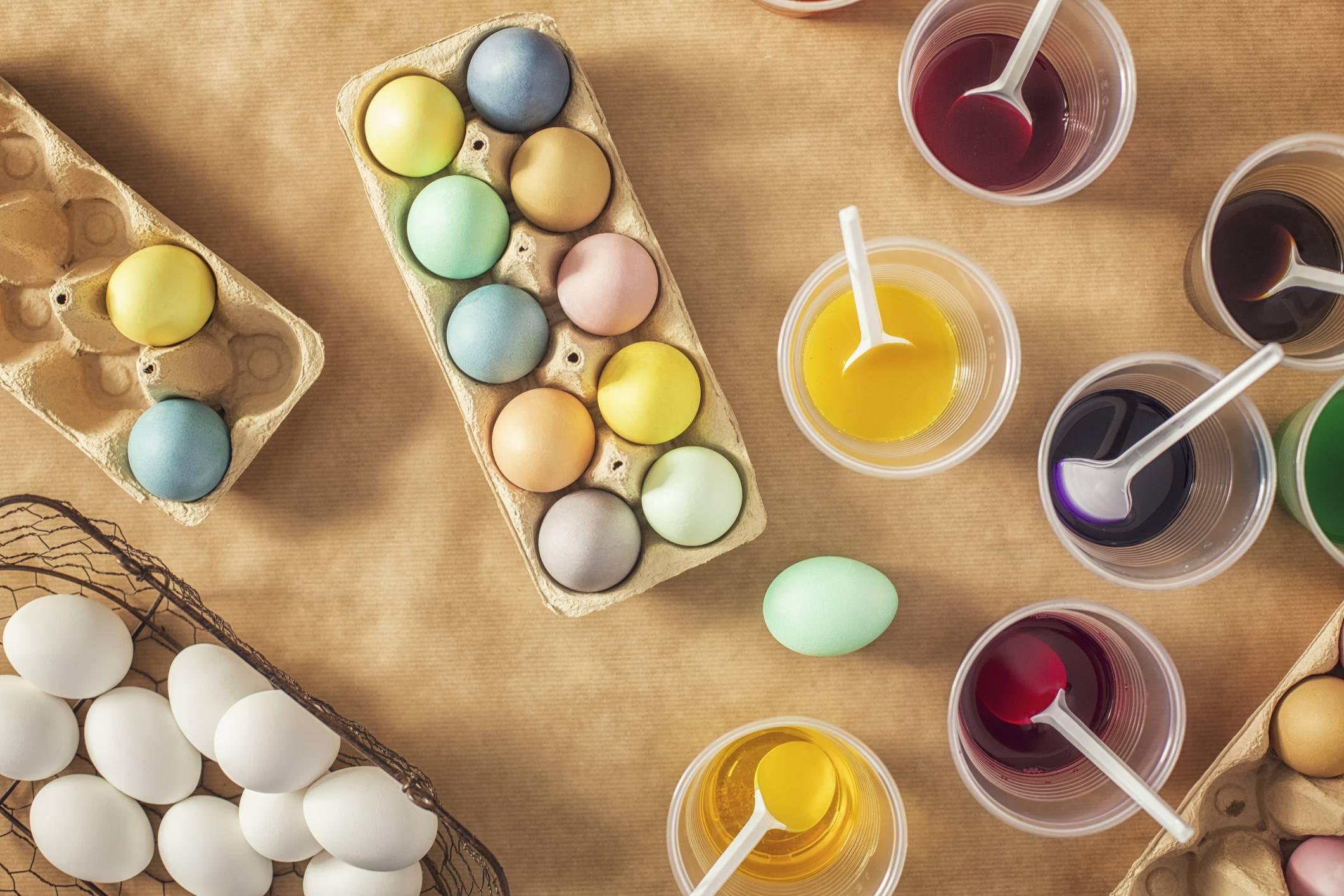 Как правильно красить яйца чаем и кофе