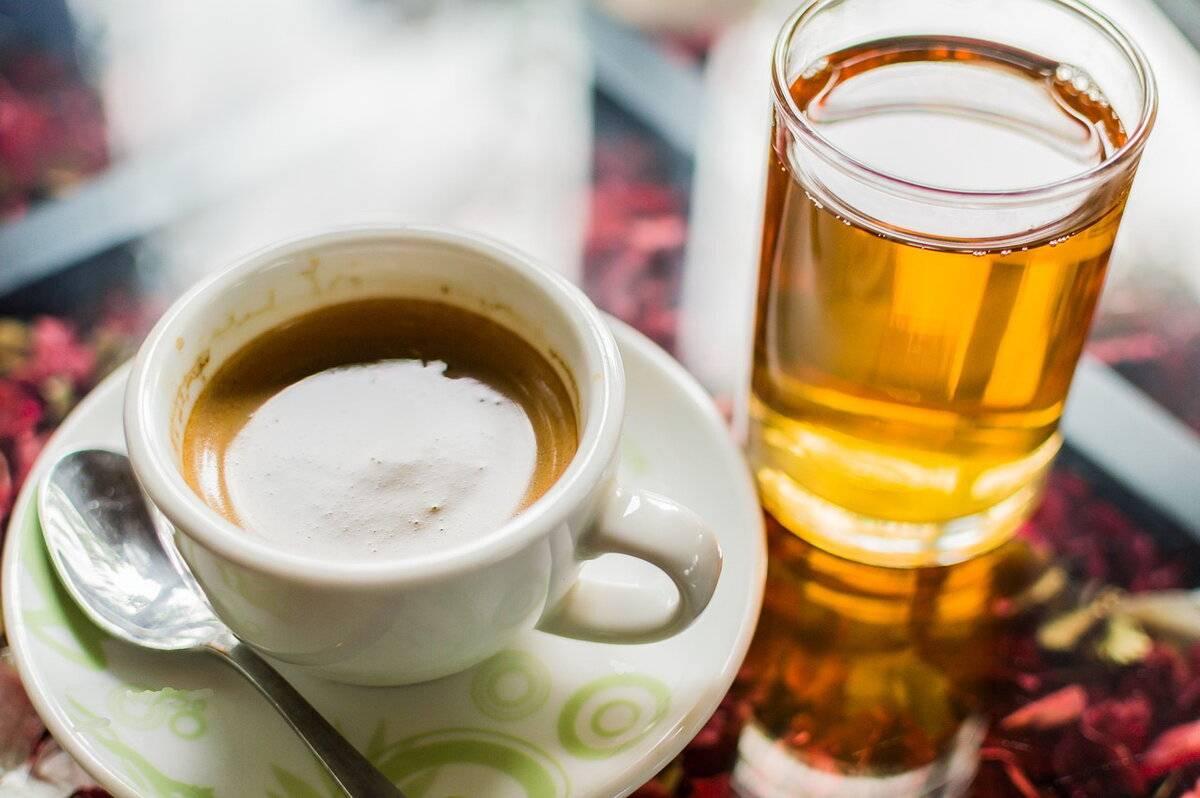 Можно ли пить чай вместо воды, что лучше выбрать, допускается ли заменить одно на другое и сколько рекомендуют употреблять в сутки