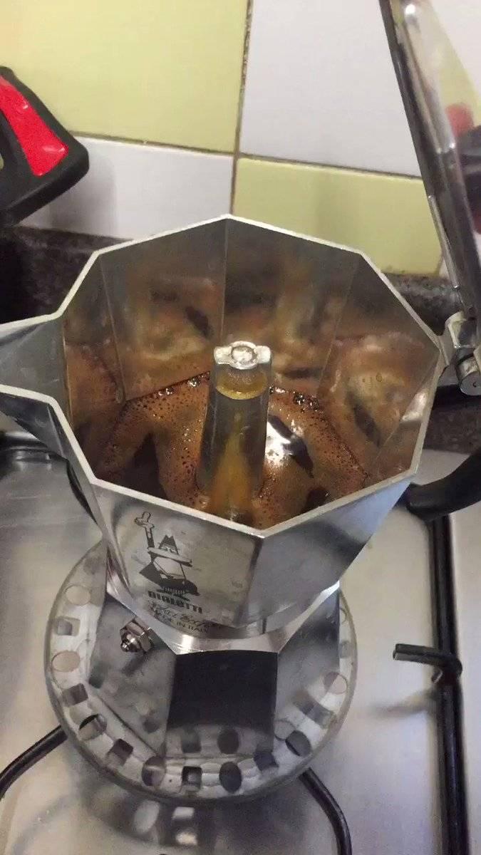 Как пользоваться гейзерной кофеваркой – видео | кофеварка
