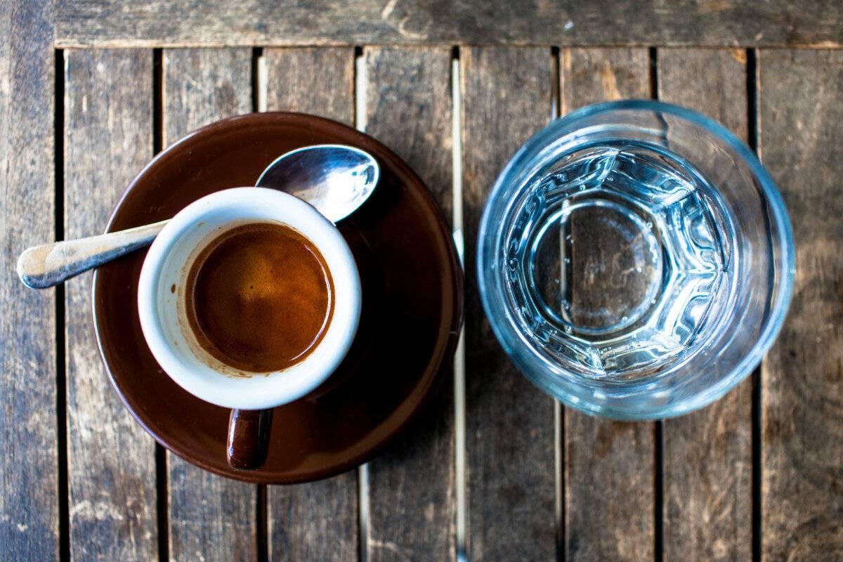 Зачем к кофе подают холодную воду и как ее правильно использовать