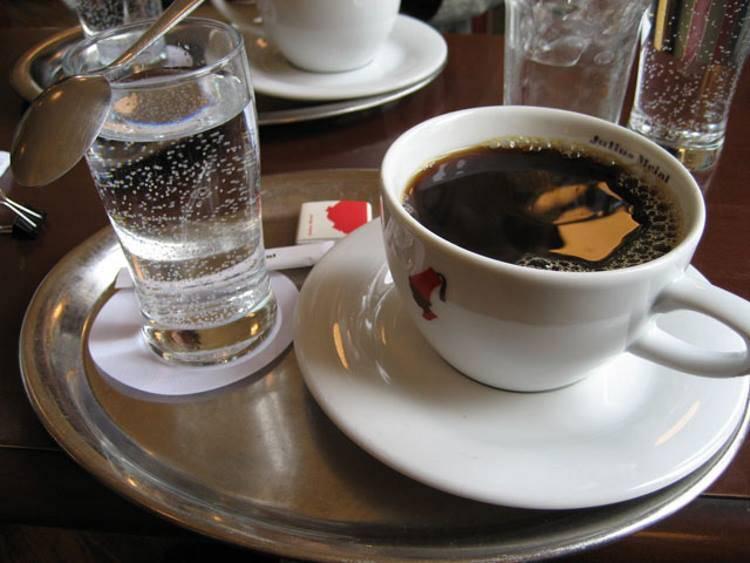 Почему после кофе нужно пить воду: зачем надо выпить стакан холодной, как правильно - во время или после употребления?