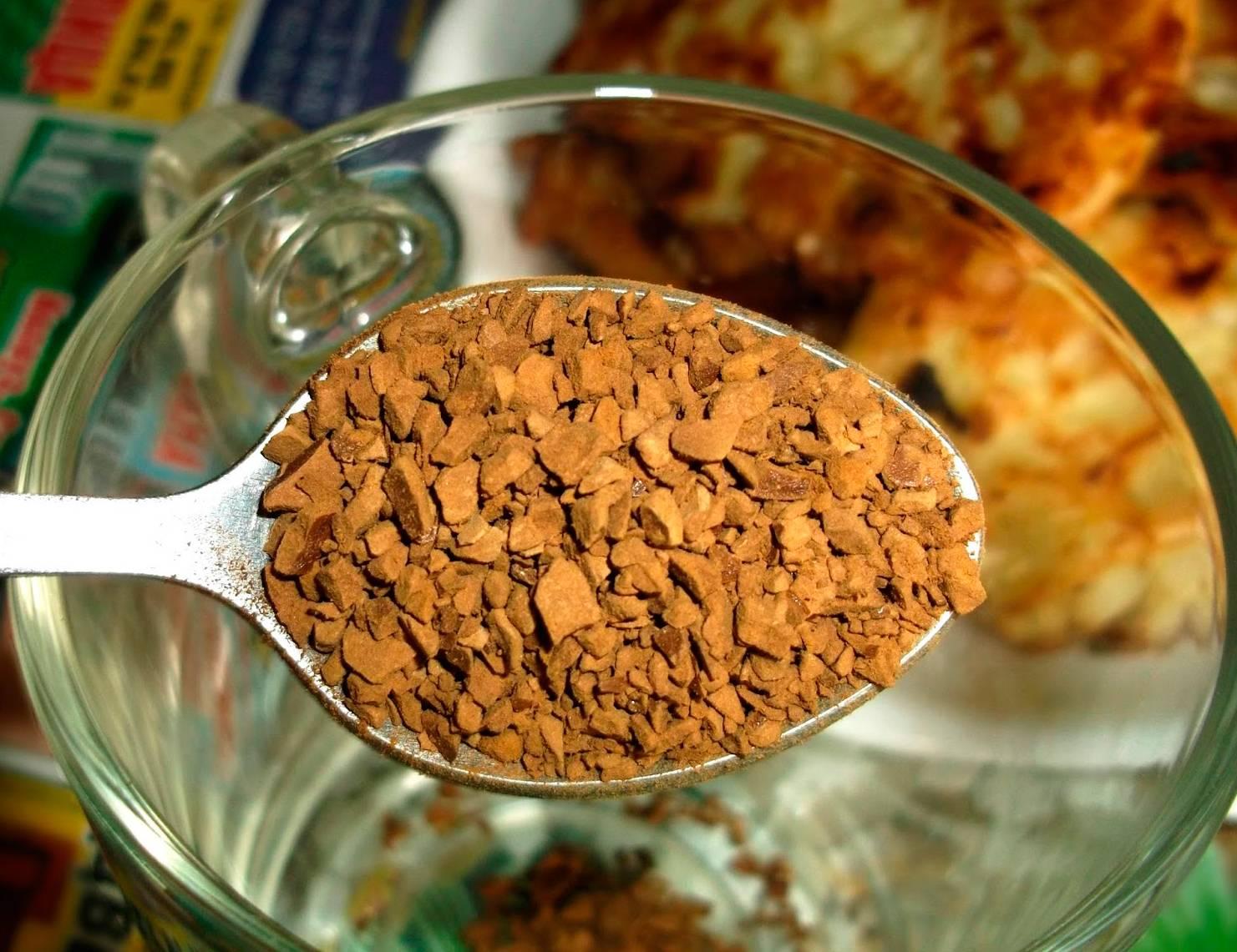 Есть ли кофеин в растворимом кофе: сколько содержится в ложке и чашке, сравнение с натуральным напитком