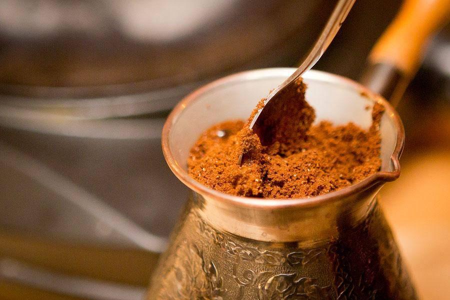 Кофе по-турецки: рецепт приготовления турецкого напитка с чесноком и медом, как варить в турке (сосуд в котором варят кофе) и как пить из турецких чашек для кофе, а также почему его подают с водой?