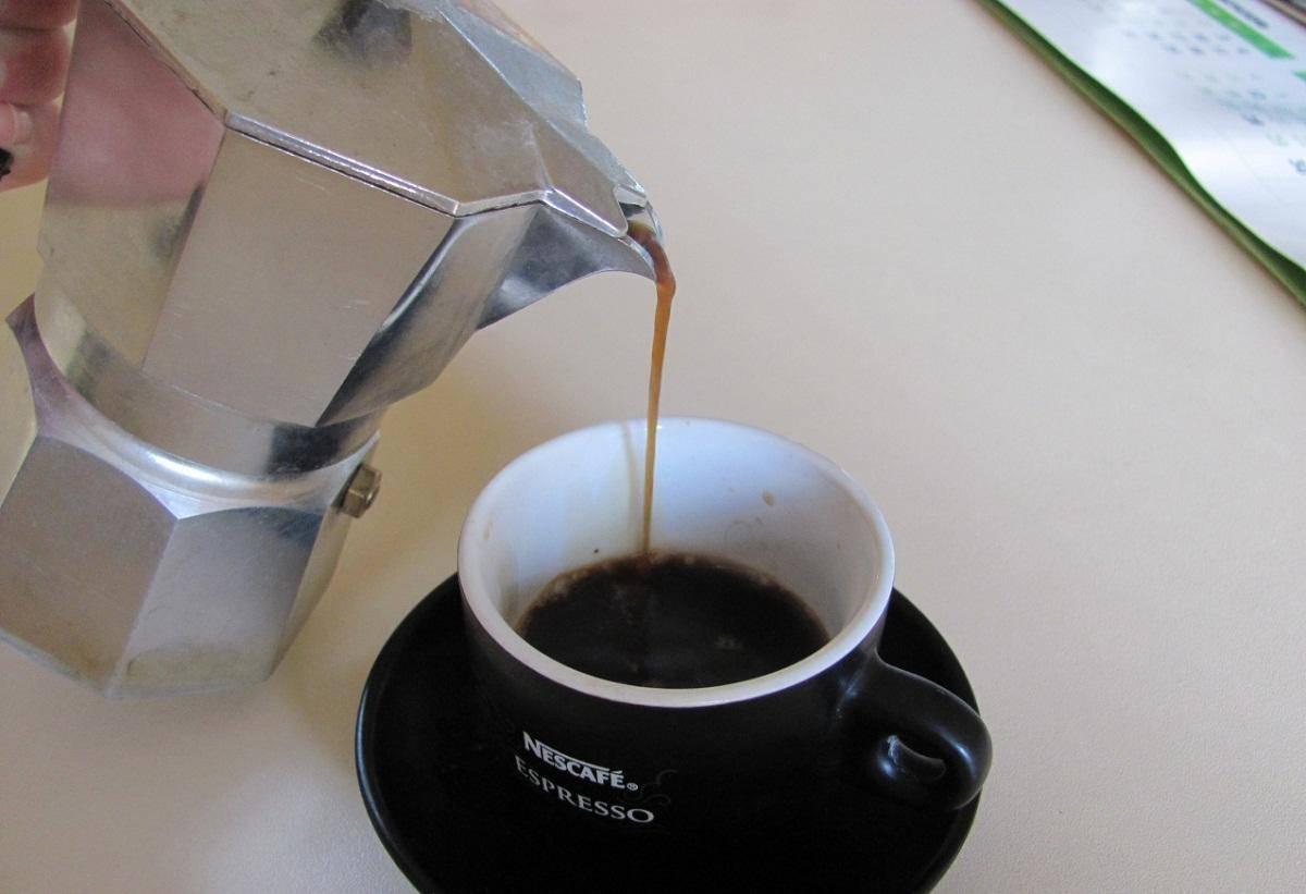 Как варить кофе в гейзерной кофеварке: инструкция и видео