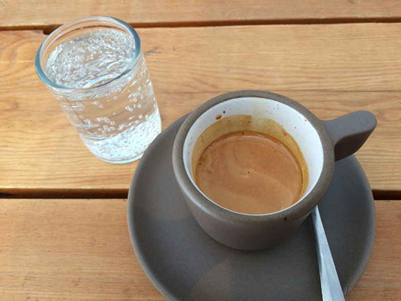 Зачем подают воду к кофе, почему кофе запивают водой