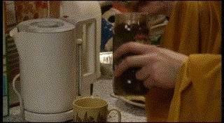 Почему после кофе трясутся руки?