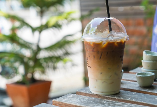 Айс кофе по вьетнамски с тапиокой кофейня. холодный кофе айс латте по-вьетнамски с тапиокой